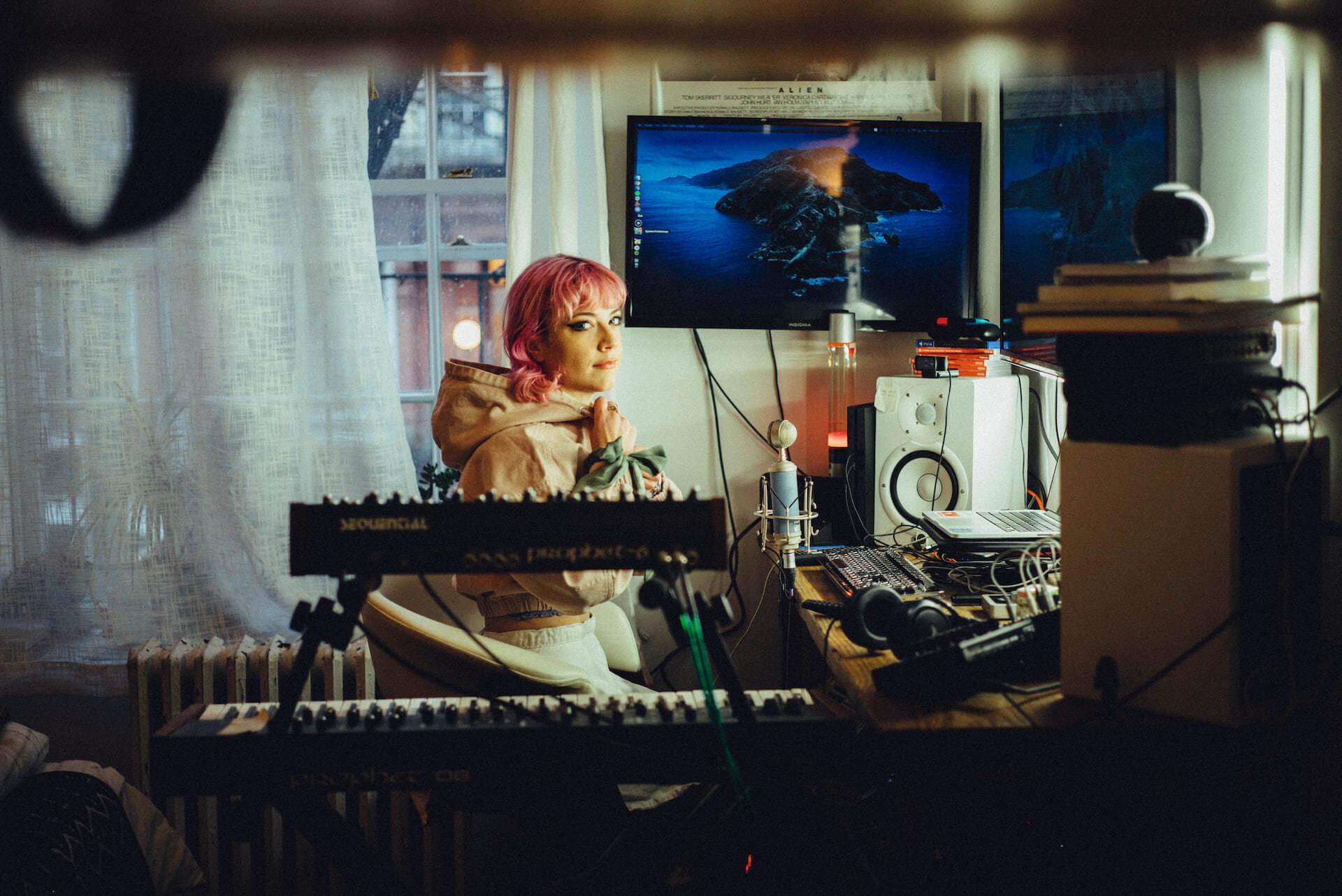宅録アーティスト「Computer Magic」のベッドルームより。シティ散歩、チャイナタウンの遊び場、宇宙スポット