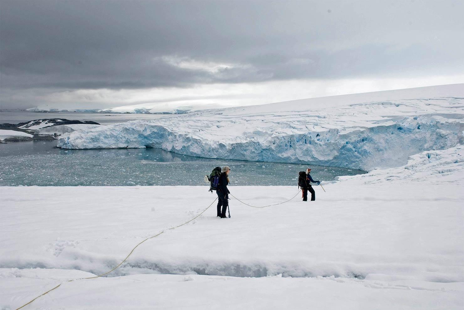 南極アラスカの氷床「クレバス」で聴く水の音、効果音、電子音楽のような音。未知の音の採取