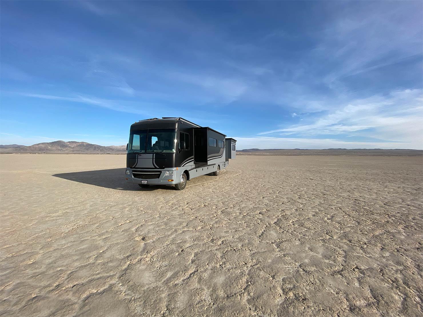 砂漠とバス