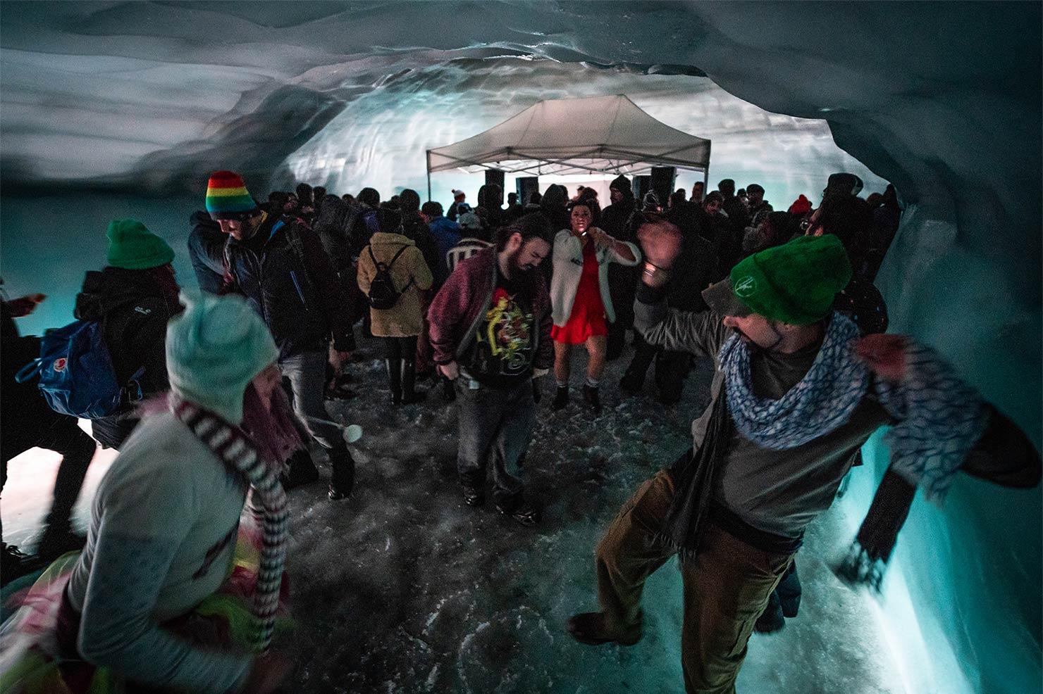Langjökull 氷河の洞窟で、レイブパーティー「Into the Glacier」を開催