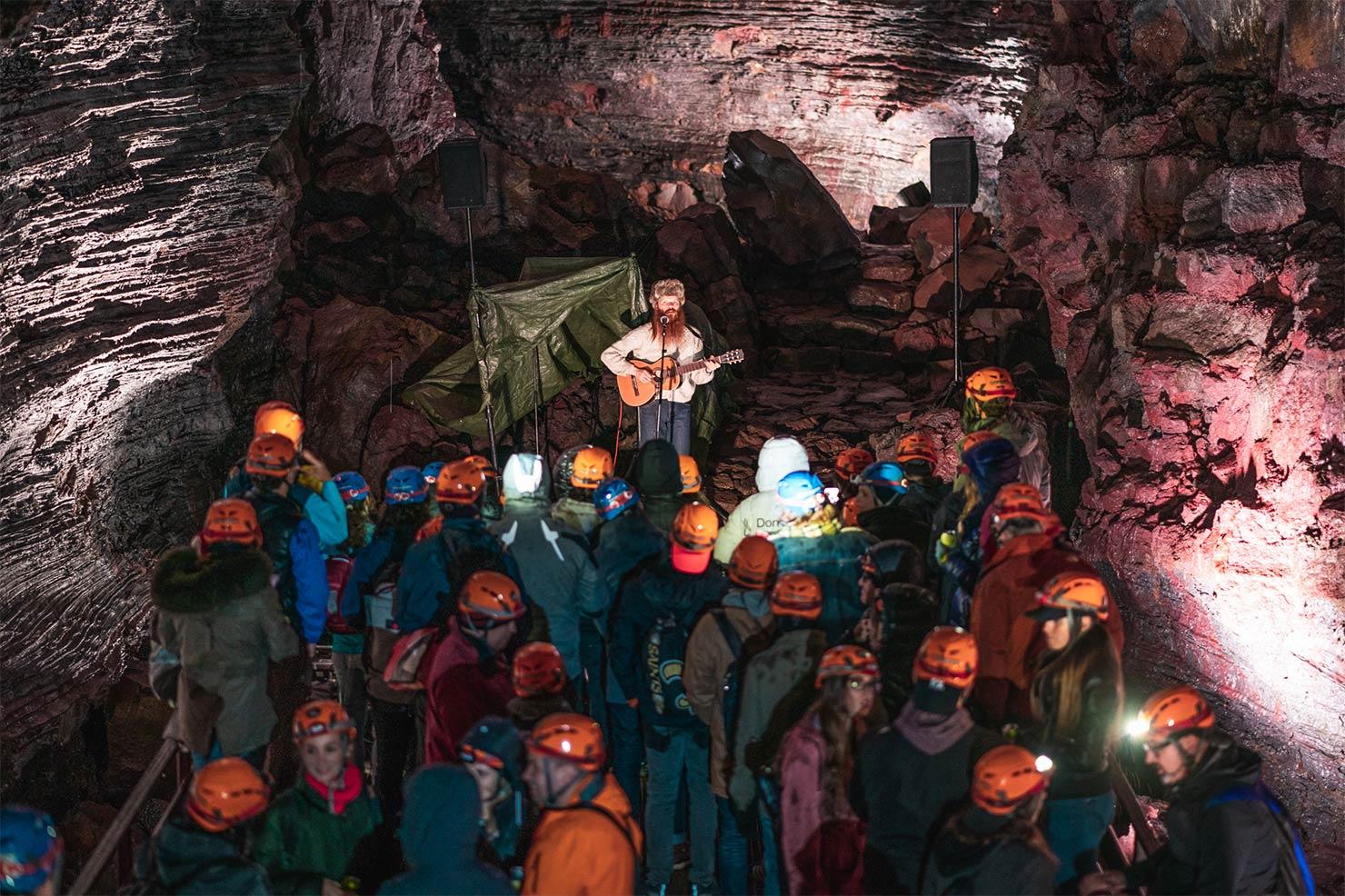 洞窟には、反響がきくアコースティックな環境が自然