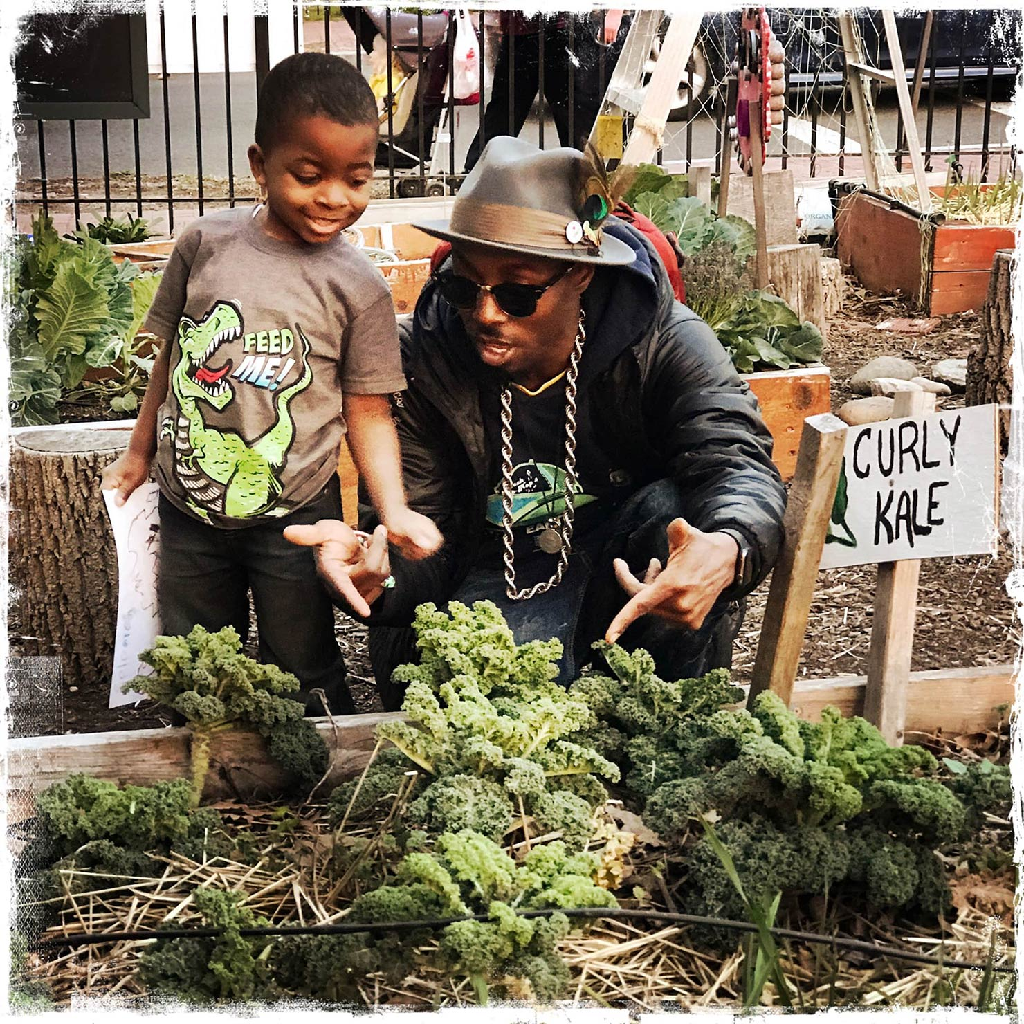 野菜畑にいるDJ Cavemと少年