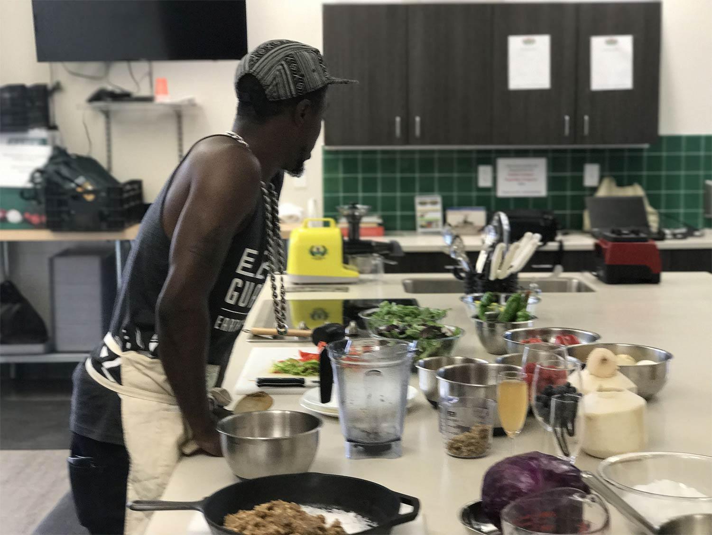 キッチンに立つDJ Cavem