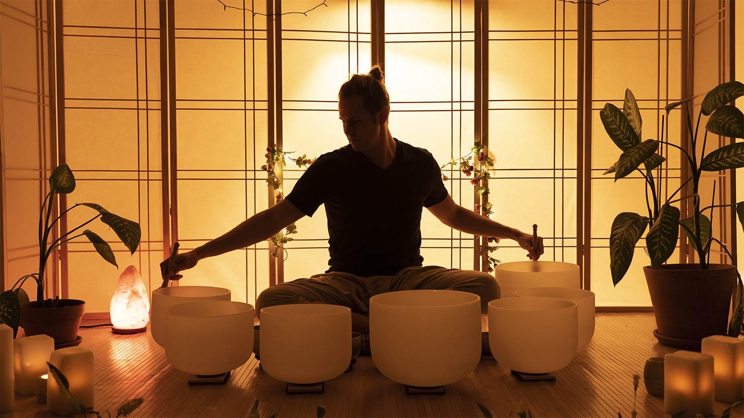 シンギングボウルを演奏するTravis