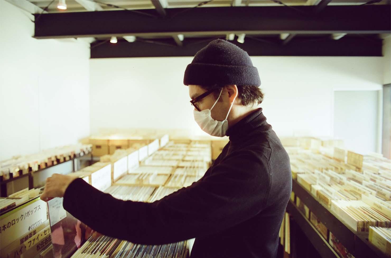 レコードをディグる様子