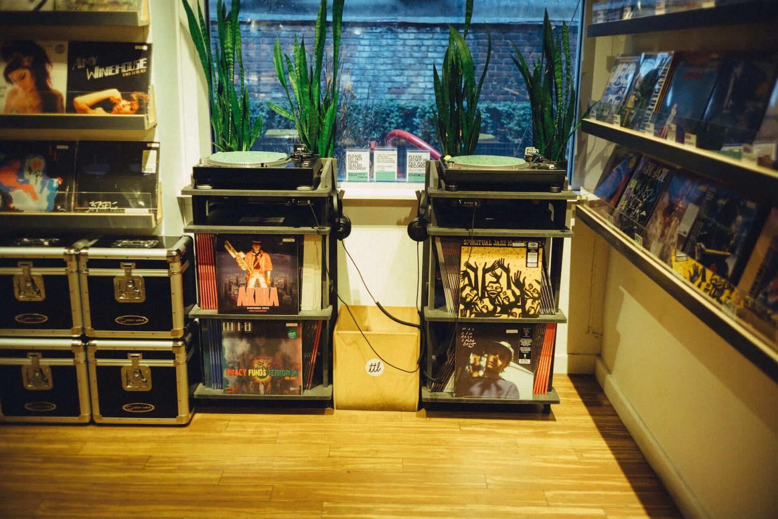 1999年、NYC・大学寮の一室で始まったレコードショップの現在。すべてのDJに開かれた店「Turntable Lab」