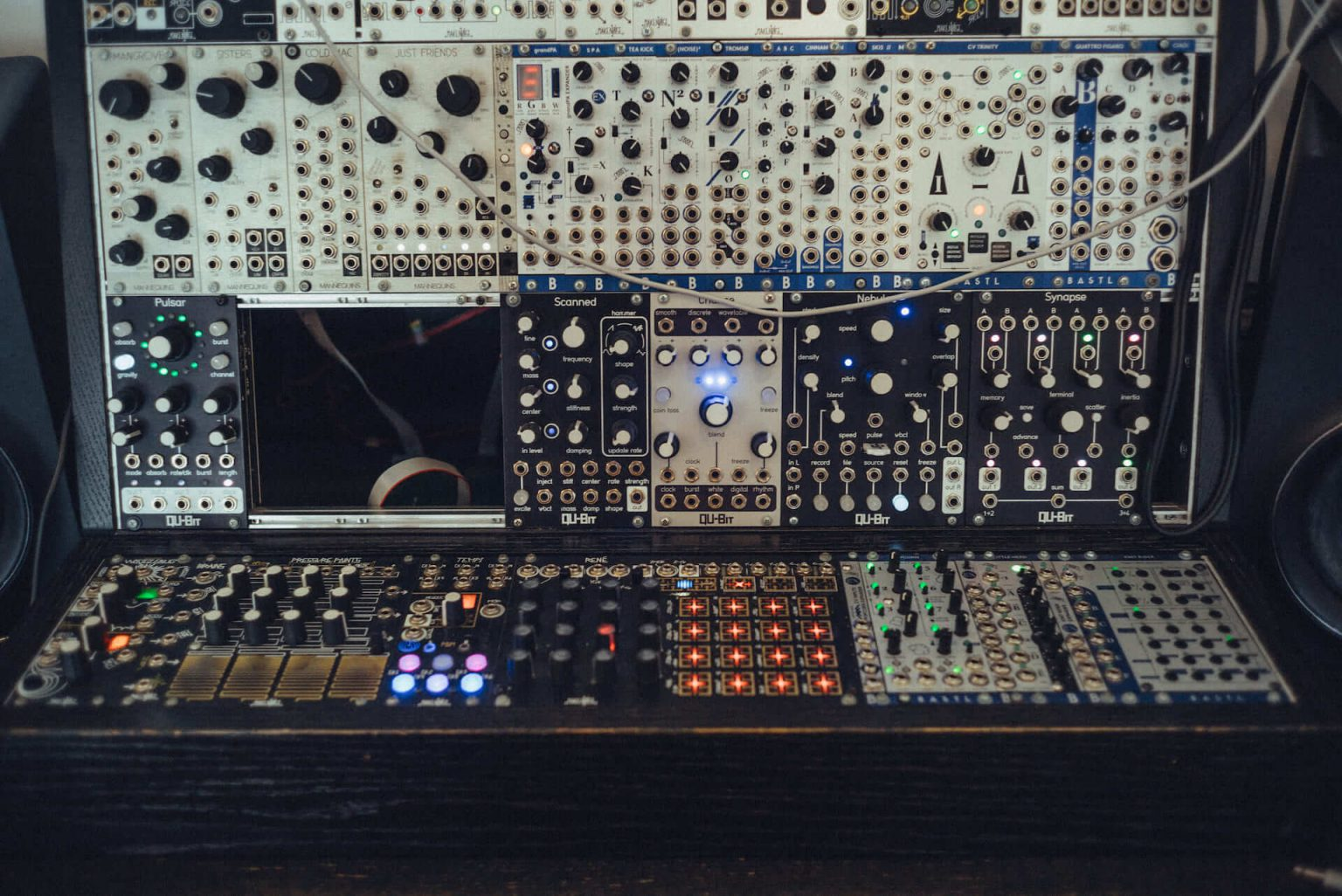 """3_720_AT_Control-1440x962 """"0から1のあいだの無限""""を、感覚的に感情的に音にする。モジュラーシンセサイザー専門店「Control」"""