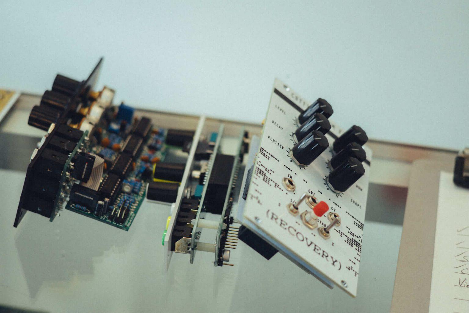 """8_2220_AT_Control-1440x962 """"0から1のあいだの無限""""を、感覚的に感情的に音にする。モジュラーシンセサイザー専門店「Control」"""
