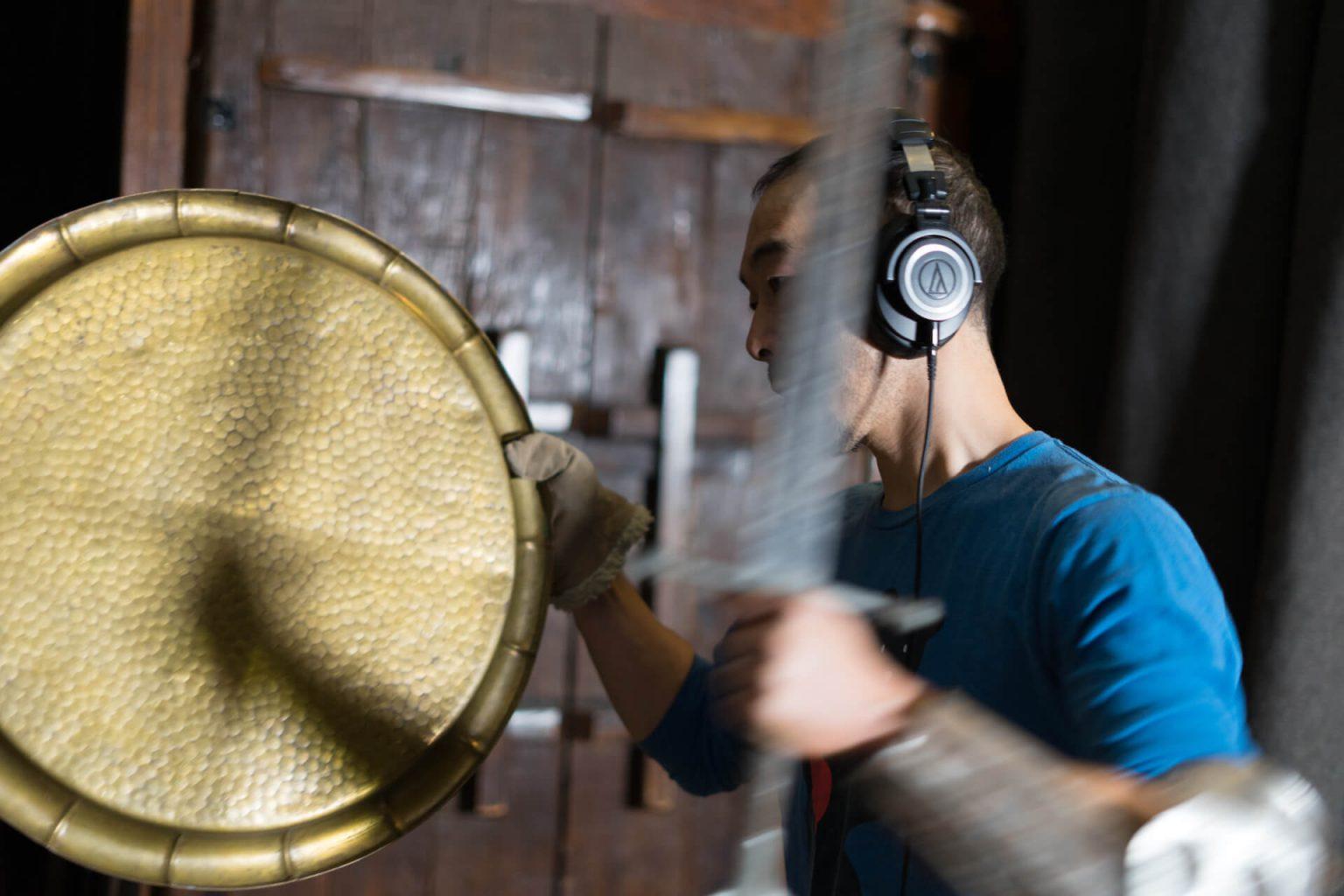 """Goro-Foley.Blurr-Sward-1440x960 海を超えて出会った世界、聴こえた""""音"""" ――フォーリーアーティスト小山吾郎"""