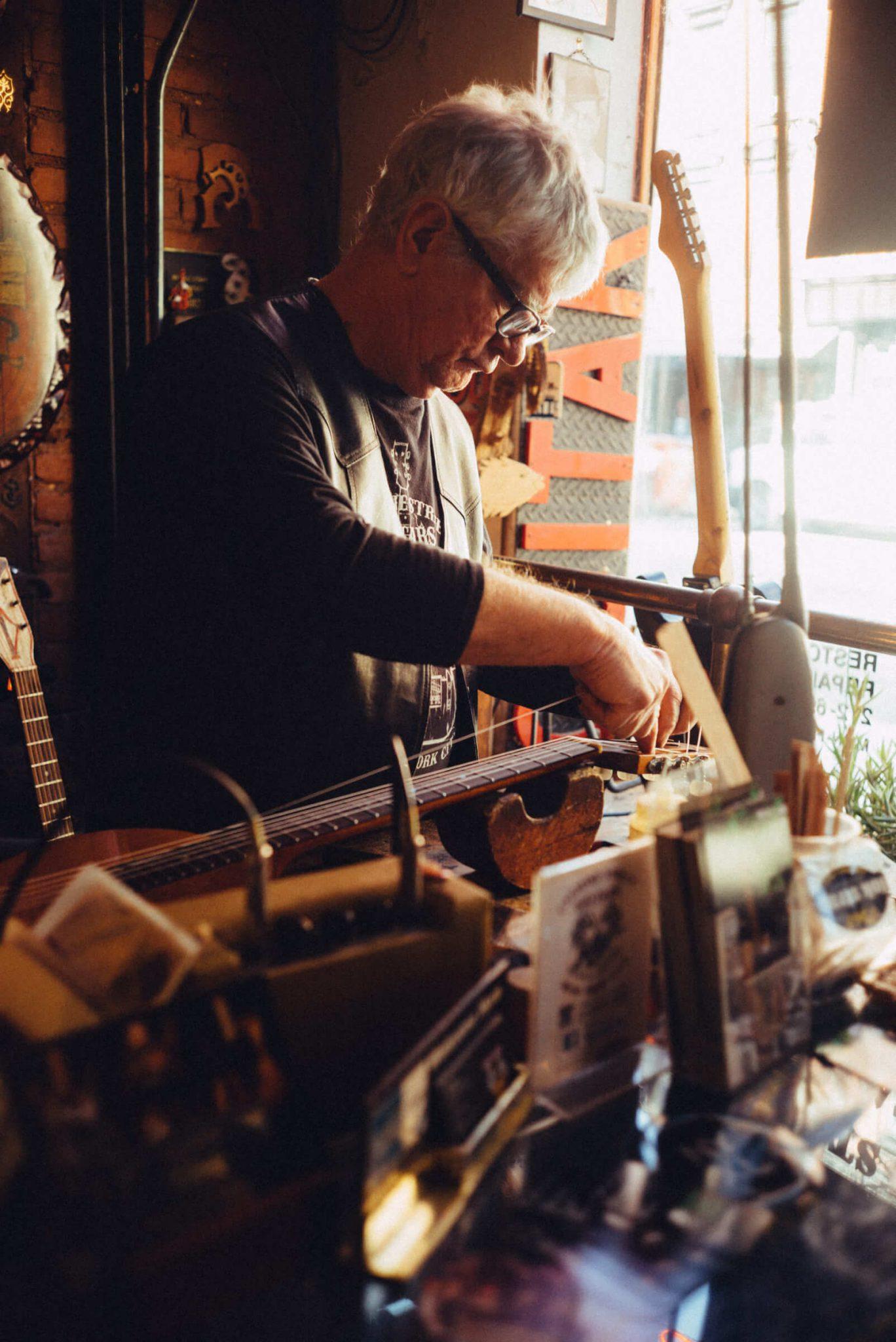 10_4520_AT_CarmineStreetGuitars-1440x2156 歴史が染みついた建築物でギターを作る「Carmine Street Guitars」ギター職人の工房と、シティの限られた行き先