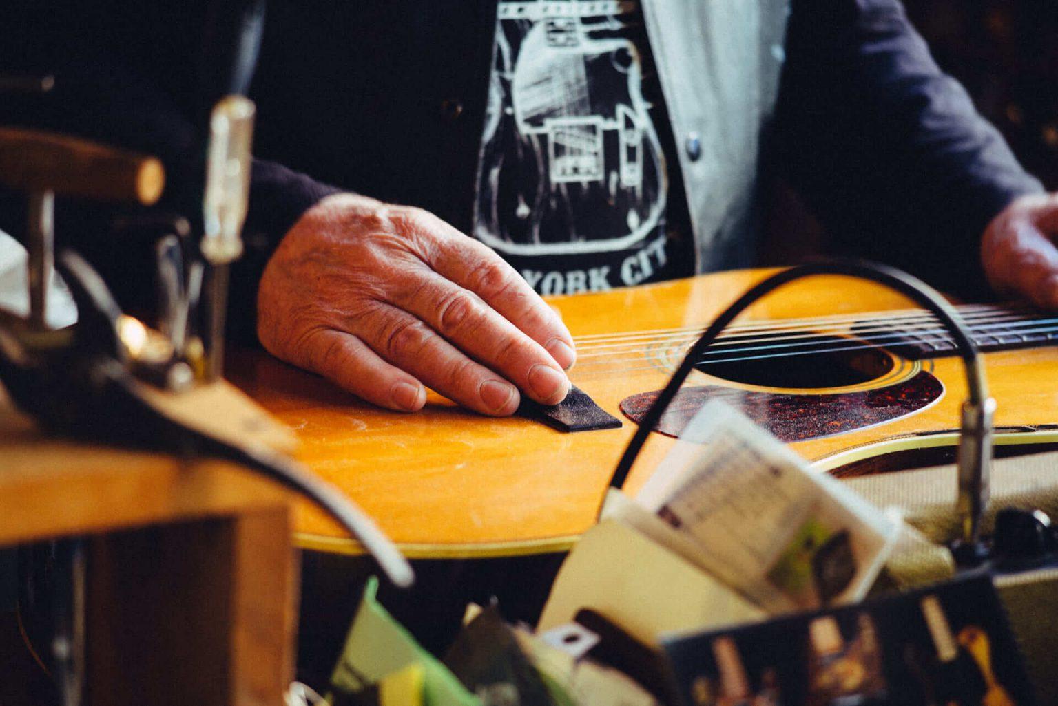 11_2420_AT_CarmineStreetGuitars-1440x962 歴史が染みついた建築物でギターを作る「Carmine Street Guitars」ギター職人の工房と、シティの限られた行き先
