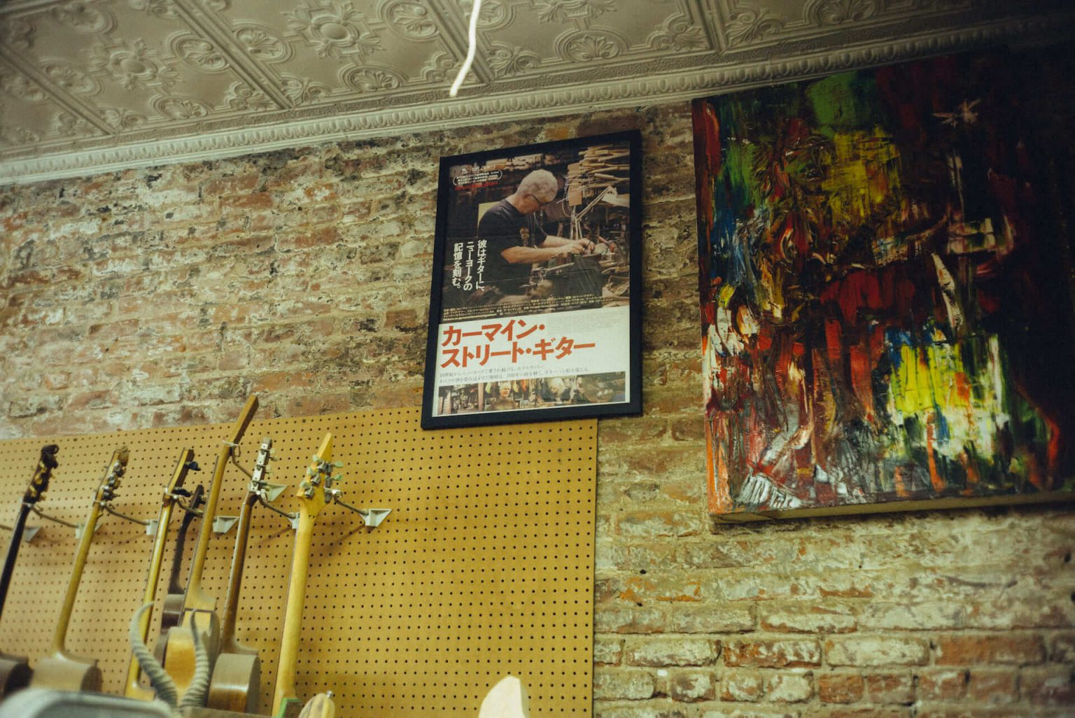 15_3820_AT_CarmineStreetGuitars-1440x962 歴史が染みついた建築物でギターを作る「Carmine Street Guitars」ギター職人の工房と、シティの限られた行き先