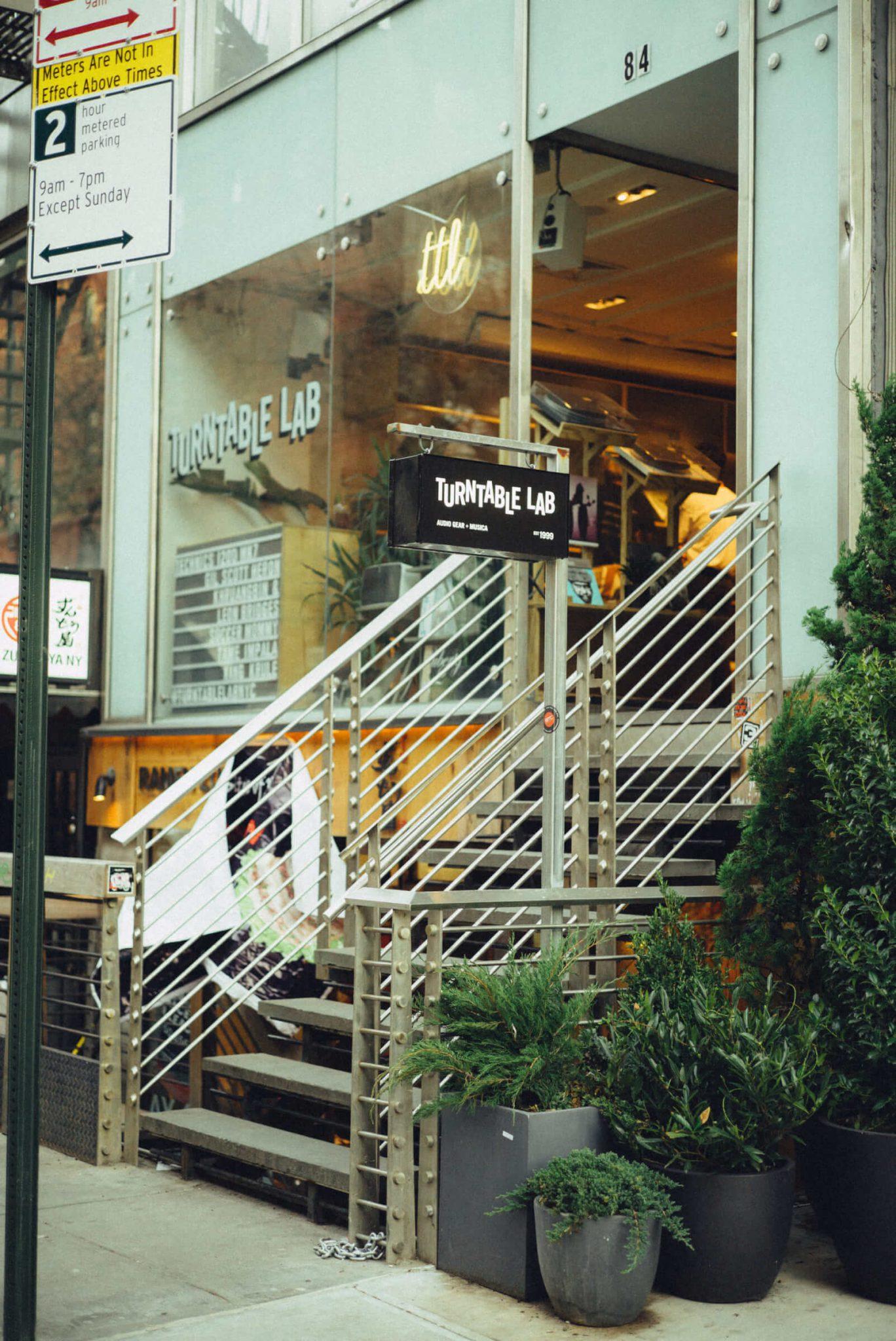 15_3920_AT_TTL-1440x2156 1999年、NYC・大学寮の一室で始まったレコードショップの現在。すべてのDJに開かれた店「Turntable Lab」