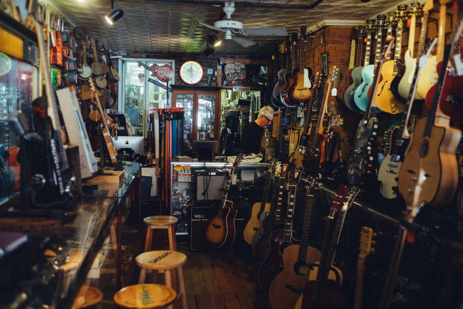 3_320_AT_CarmineStreetGuitars-1440x962 歴史が染みついた建築物でギターを作る「Carmine Street Guitars」ギター職人の工房と、シティの限られた行き先