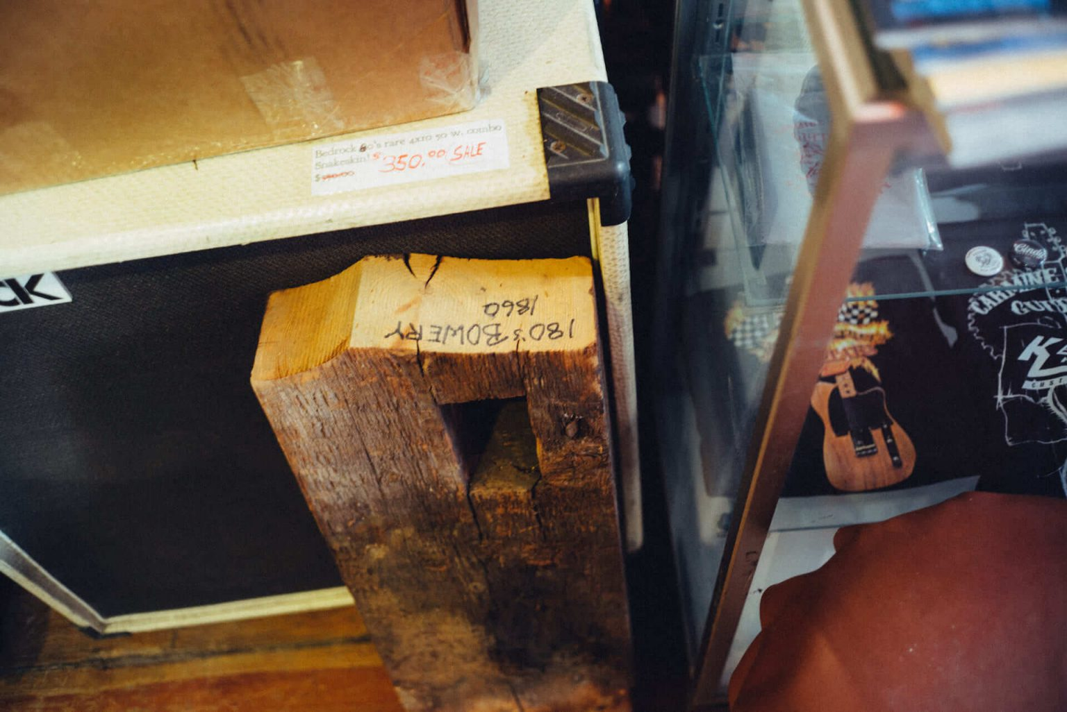4_2720_AT_CarmineStreetGuitars-1440x962 歴史が染みついた建築物でギターを作る「Carmine Street Guitars」ギター職人の工房と、シティの限られた行き先