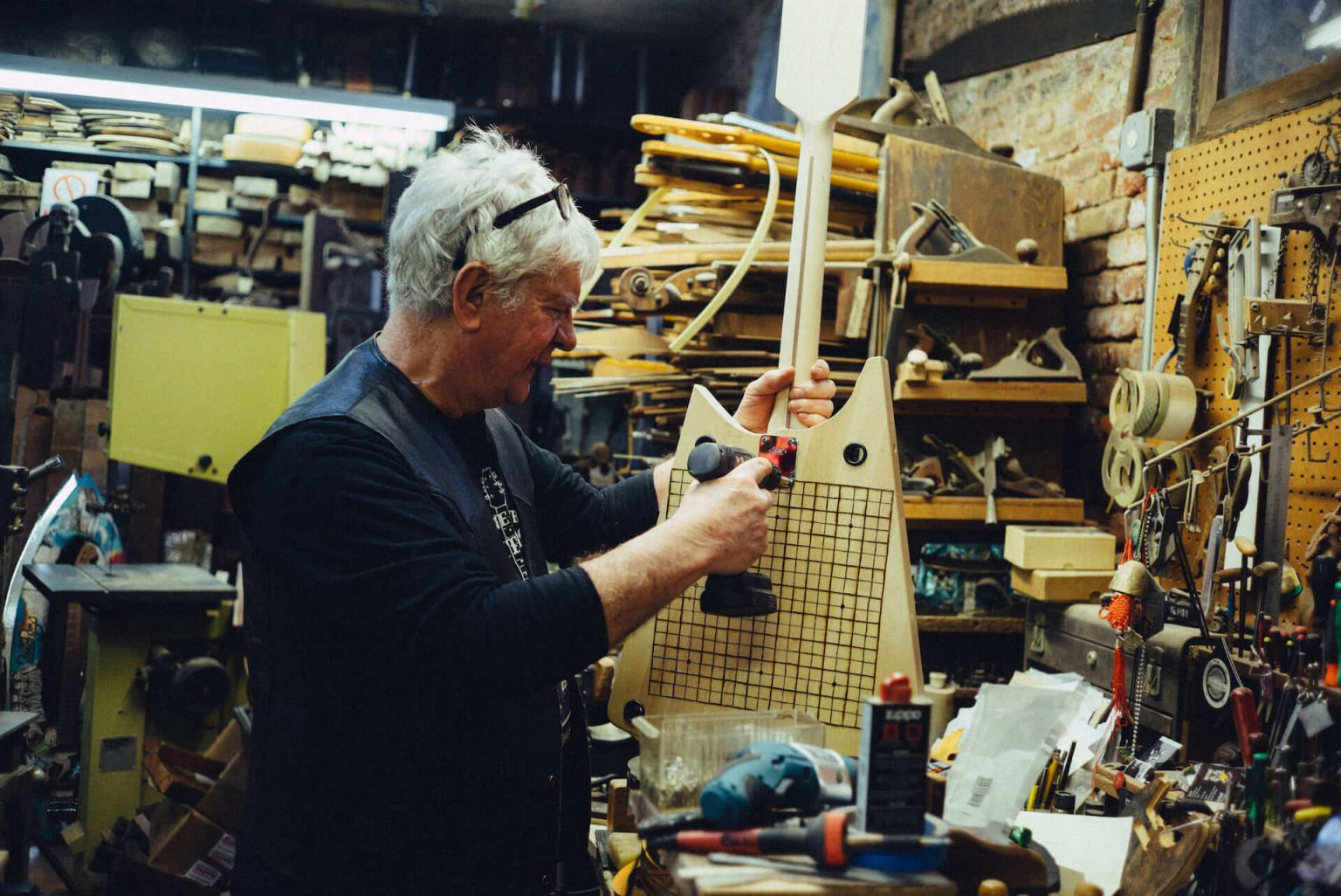 5_4020_AT_CarmineStreetGuitars-1440x962 歴史が染みついた建築物でギターを作る「Carmine Street Guitars」ギター職人の工房と、シティの限られた行き先