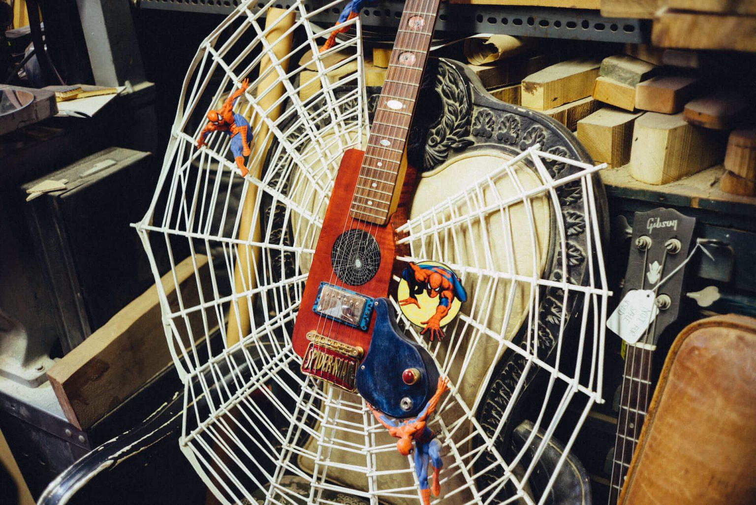 6_4420_AT_CarmineStreetGuitars-1440x962 歴史が染みついた建築物でギターを作る「Carmine Street Guitars」ギター職人の工房と、シティの限られた行き先