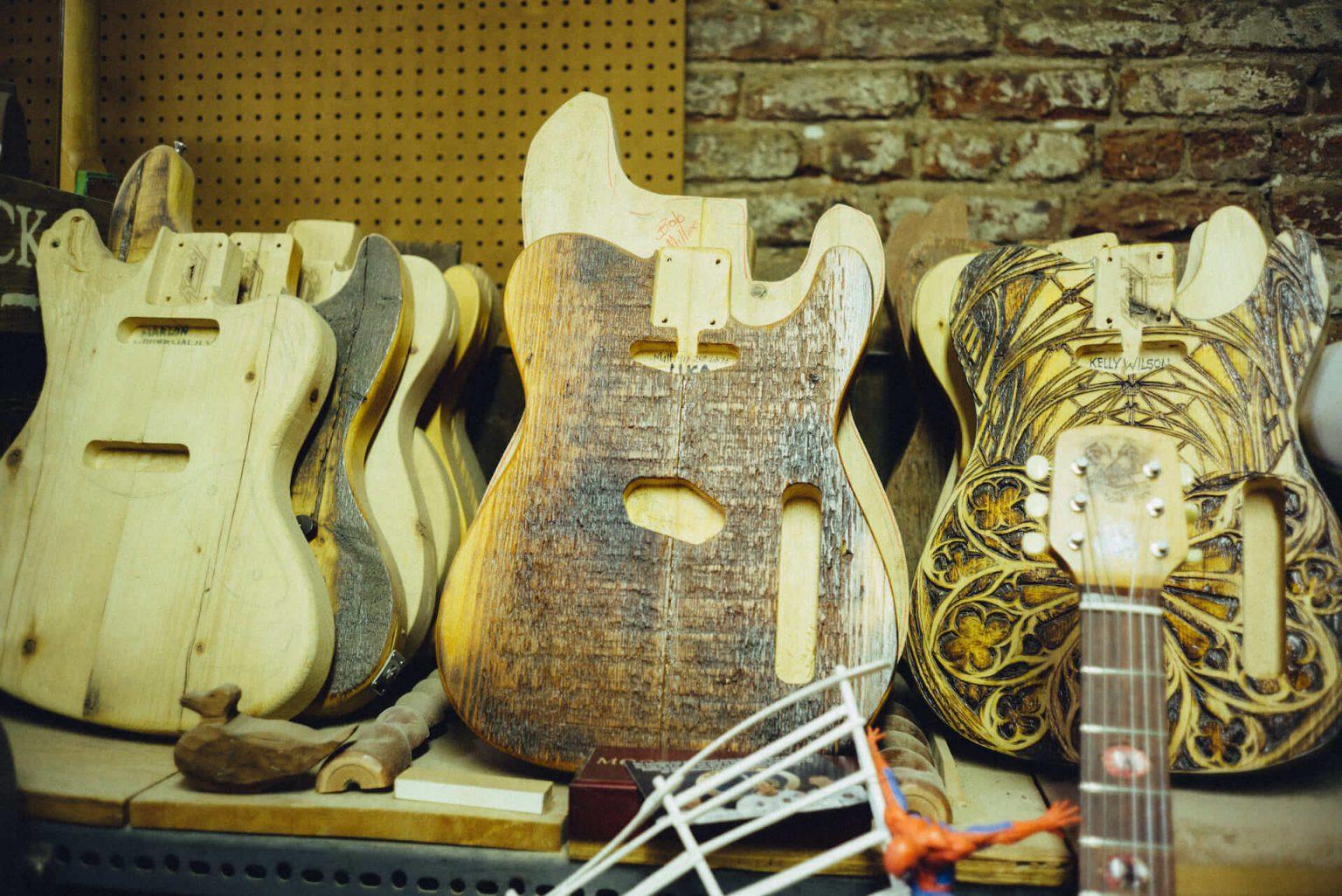 7_3920_AT_CarmineStreetGuitars-1440x962 歴史が染みついた建築物でギターを作る「Carmine Street Guitars」ギター職人の工房と、シティの限られた行き先