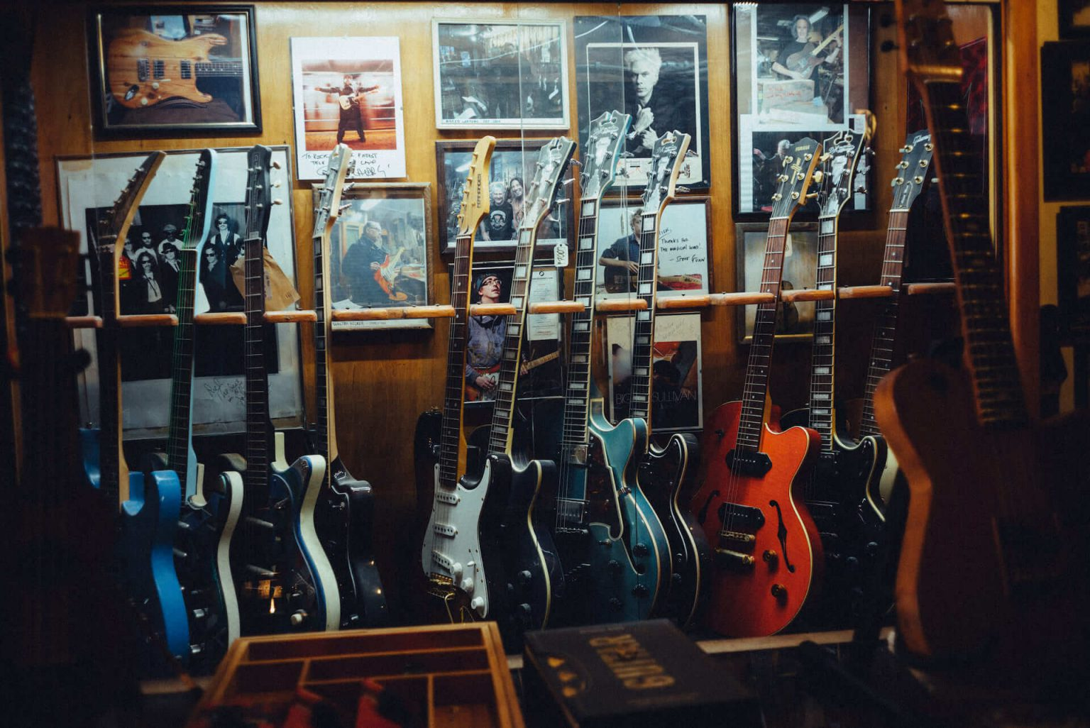 9_820_AT_CarmineStreetGuitars-1440x962 歴史が染みついた建築物でギターを作る「Carmine Street Guitars」ギター職人の工房と、シティの限られた行き先