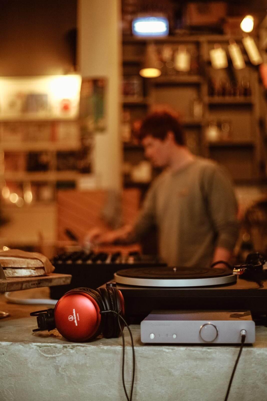 VZYQ9342 Café Artum――バーミンガムのミュージックラバーズから親しまれるカフェ/レコードショップ